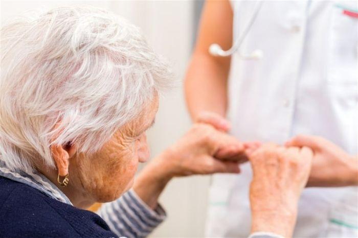 Cách chăm sóc người già bị bệnh Alzheimer mất trí nhớ
